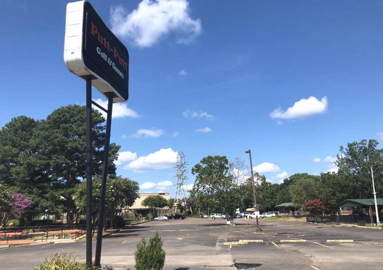 Chaos Erupts When 300 400 Teenagers Left Unattended At Memphis Putt Putt Fun Center