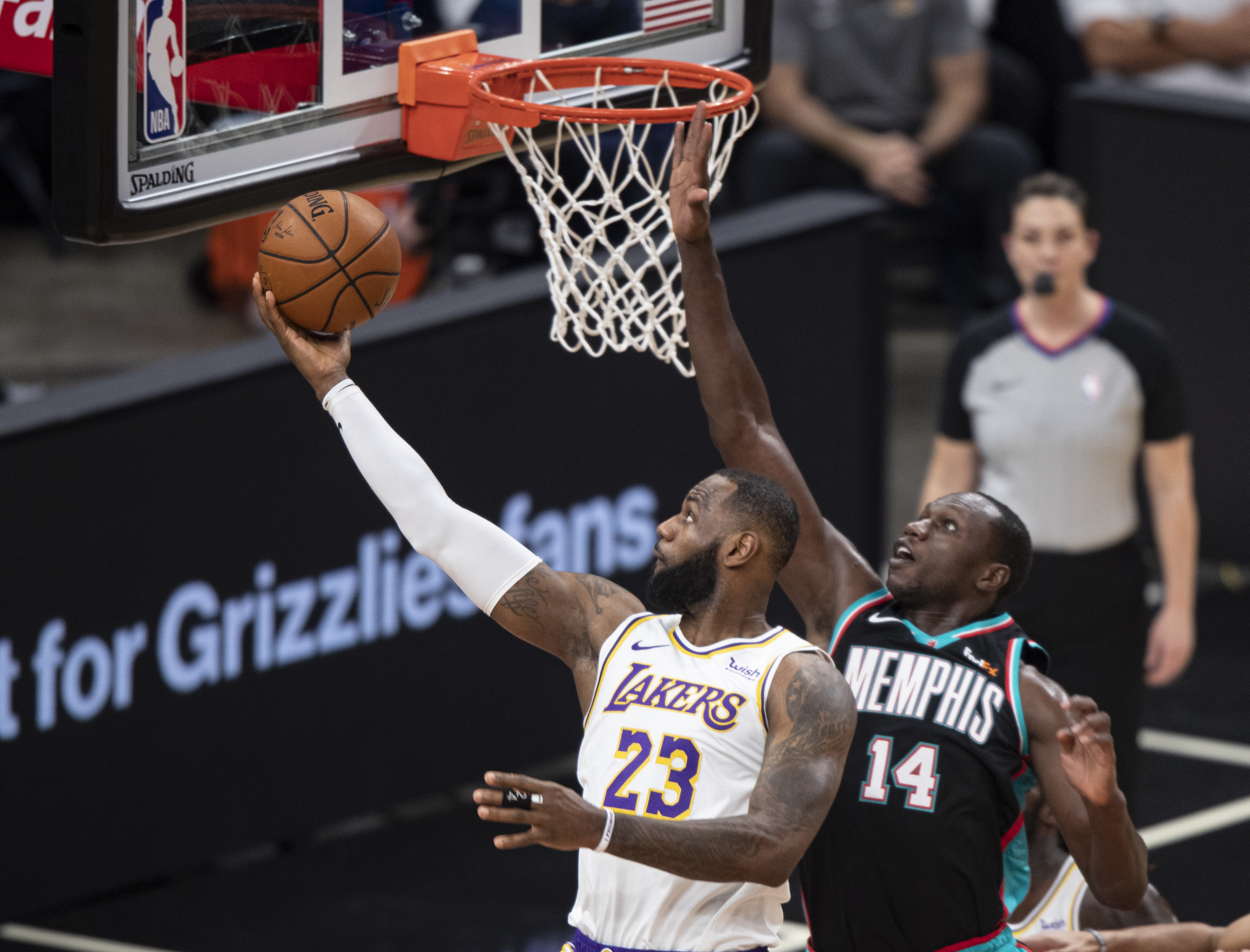 LeBron James leads Lakers to victory over Grizzlies, 108-94